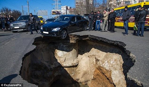 Samara-eaten-alive-giant-sinkholes