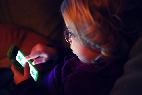 बच्चालाई स्मार्टफोन खेलाउन  दिनुहुन्छ ?  वैज्ञानिकको यस्तो चेतावनी