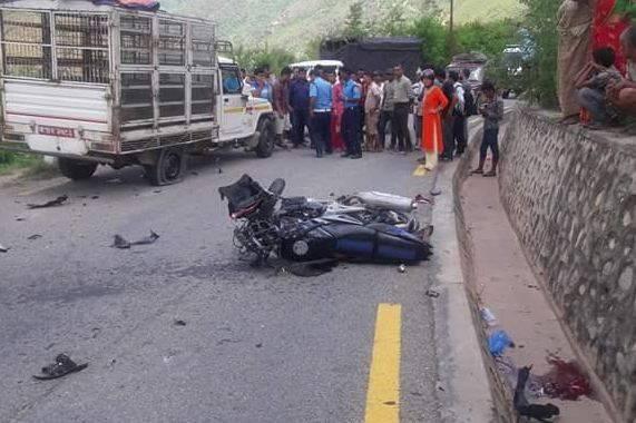 मोटरसाइकल पाेलमा ठाेक्किएर दुर्घटना, एकजनाकाे मृत्यु