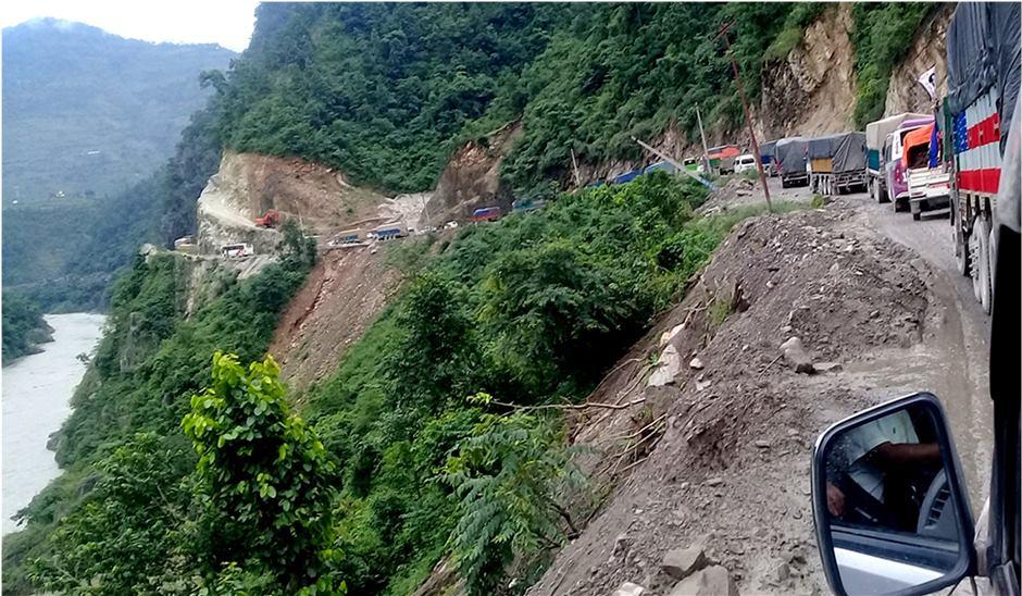 मुग्लिन नारायणगढ सडकमा फेरि पहिरो, यातायात अबरुद्ध