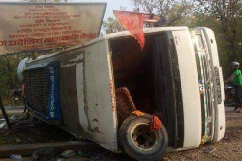 सर्लाहीमा बस दुर्घटना, ३ जनाको मृत्यु