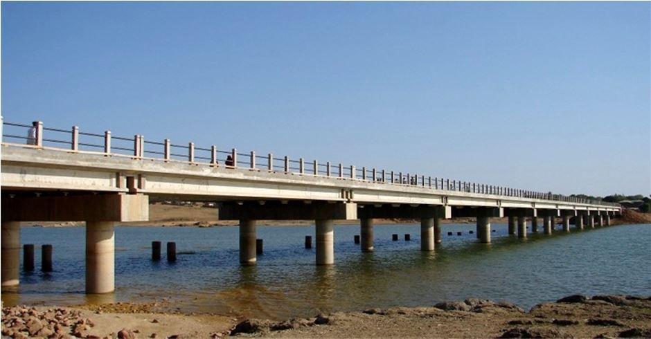ट्रक ठोक्किएर लच्कियो पुल, पूर्वपश्चिम राजमार्ग अवरुद्ध