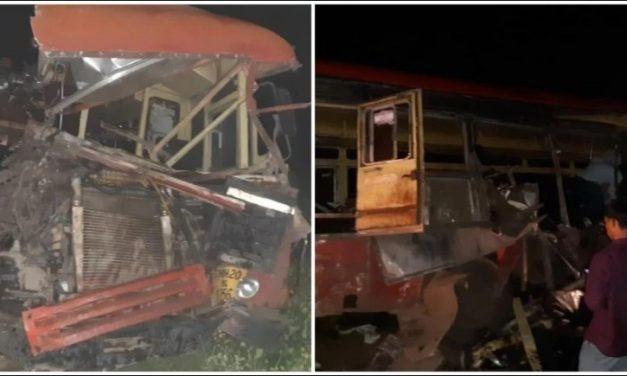 मध्यरातमा बस र ट्रक ठोक्कियोः १५ जनाको मृत्यु, २५ घाइते
