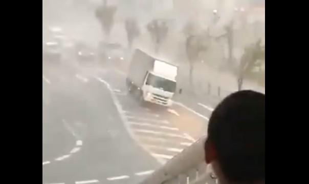 जापानमा आँधीको वितण्डा, रोकेर राखेको ट्रक पल्टायो (भिडियो)
