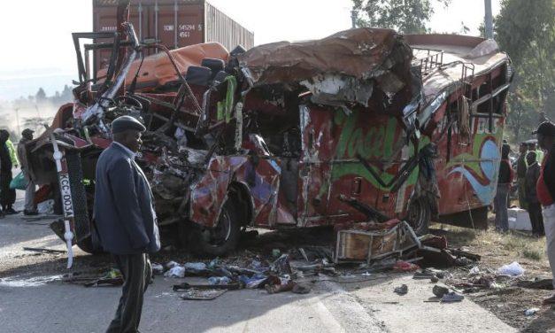 पश्चिममा बस र ट्रक ठोक्कियो, १२ जनाको मृत्यु