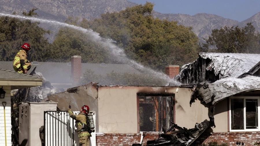 घरको छतमा विमान खस्यो, चालकको मृत्यु