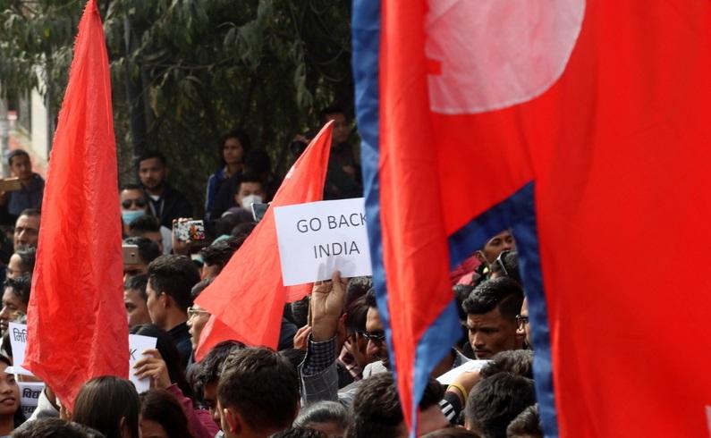 विद्यार्थीले घेरे भारतीय राजदूतावास