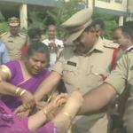 हैदराबाद प्रकरण: बलात्कारीलाई गोली हान्ने प्रहरीलाई महिलाहरुले राखी बाँधे
