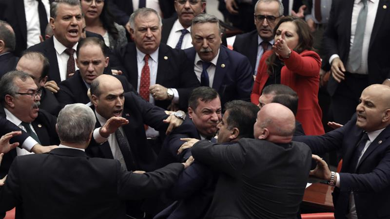 टर्कीको संसदमा सांसदहरुबीच कुटाकुट